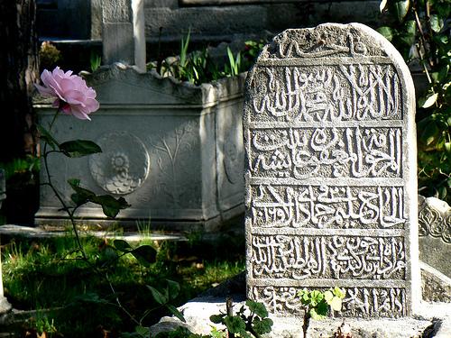 Rüyada Ölmüş Birinin Mezarını Suladığını Görmek