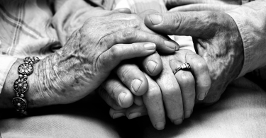 Rüyada Ölmüş Babaannenin Elini Öpmek