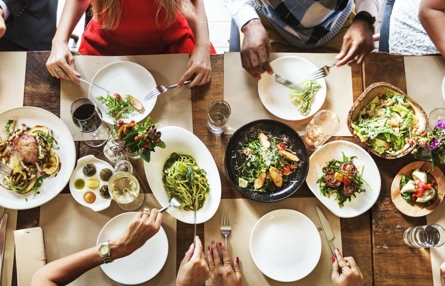 Rüyada Sofraya Oturmak ve Ailece Yemek Yemek