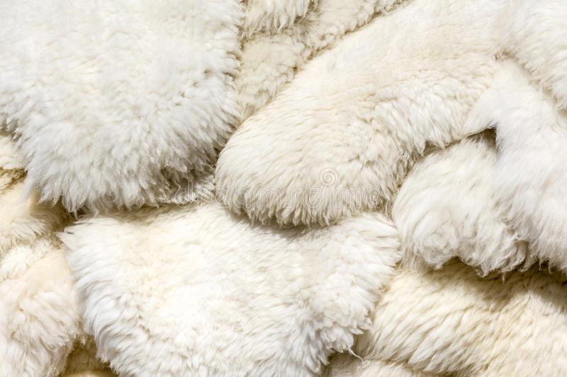 Rüyada Beyaz Koyun İnce Derisi Yüzmek Görmek