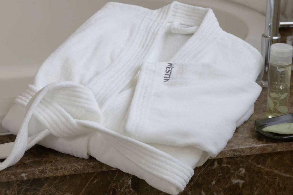 Rüyada Şık Beyaz İşlemeli Bornoz Üstüne Giymek
