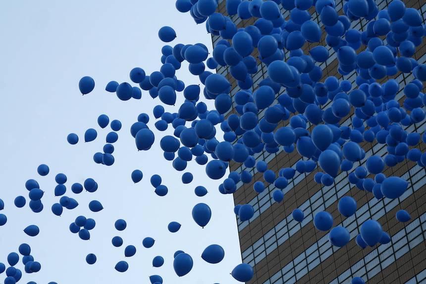Rüyada Koyu Mavi Karışık Balonlar Sahilde Görmek