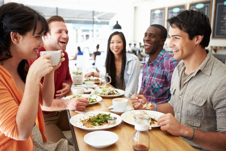 Rüyada Toplu Yemek Yemek Masada