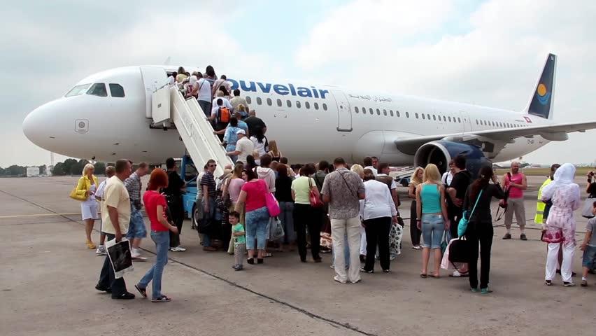 Rüyada Büyük Uçağa Biletle Binmek Oturmak İçin Evde Hazırlanmak