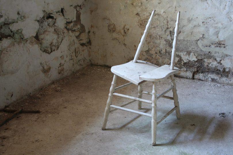 Rüyada Kırık Sandalye Görmek